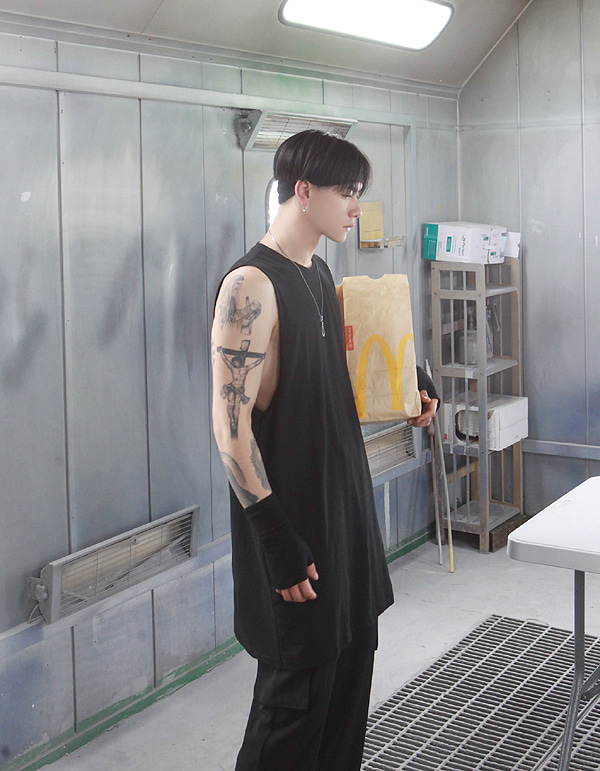 No.0031 HIC made round layered black sleeveless